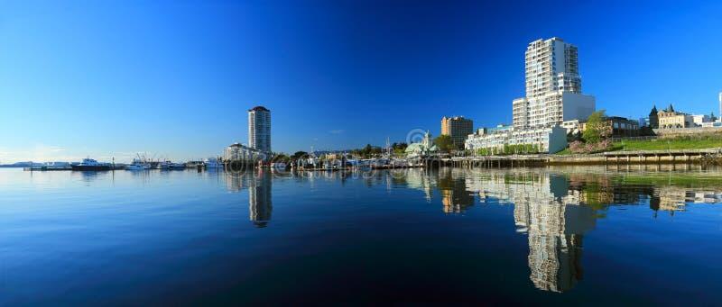 Reflexão do amanhecer em águas imóveis do porto de Nanaimo, ilha de Vancôver imagem de stock