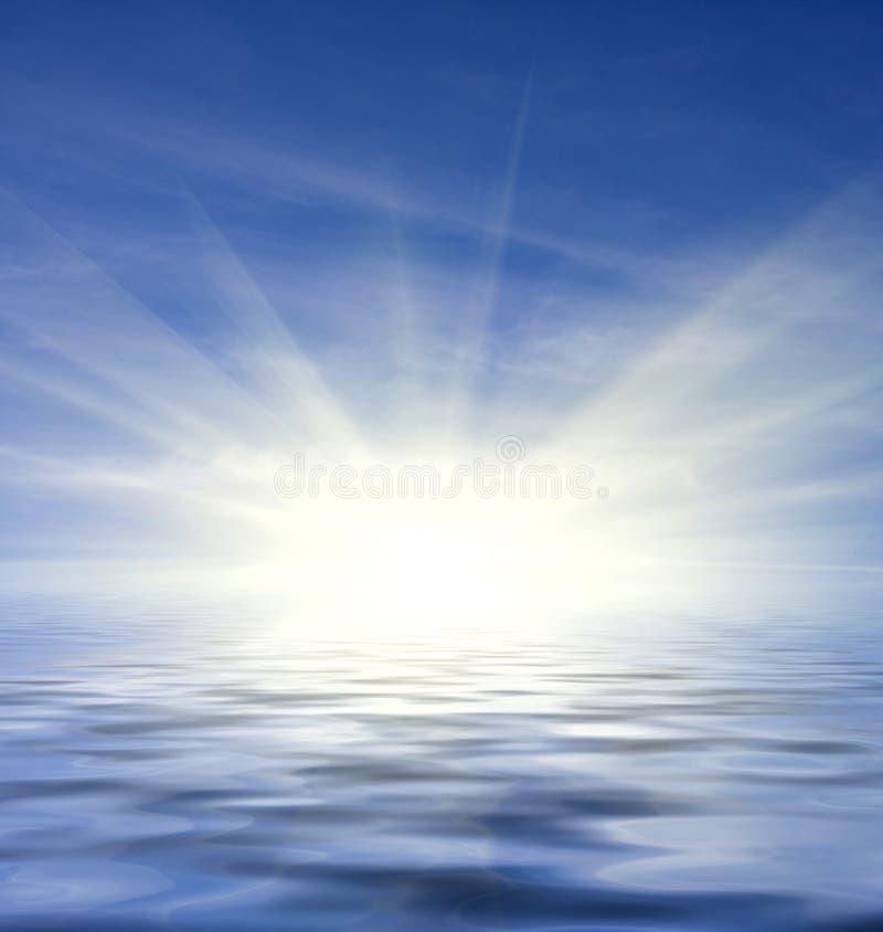 Reflexão do céu azul e da água foto de stock