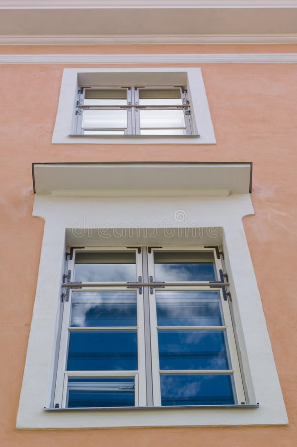 A reflexão do céu no vidro da janela renovou recentemente a casa imagens de stock royalty free