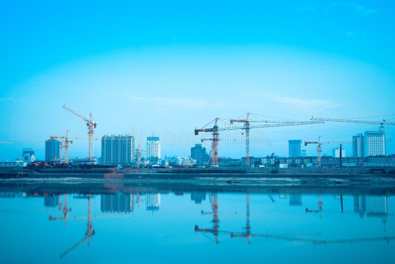 Reflexão do canteiro de obras no rio imagem de stock