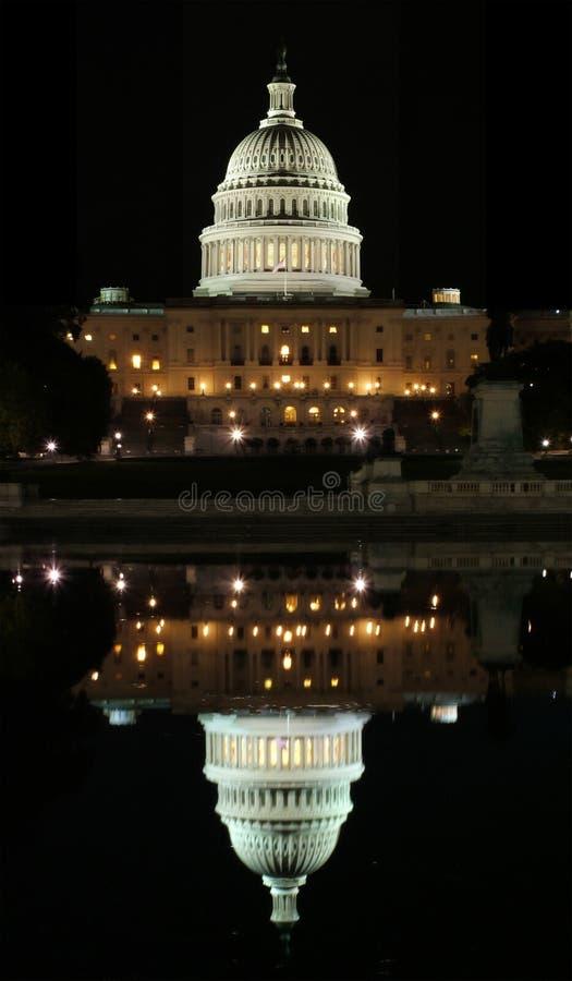Reflexão do Capitólio no Washington DC fotografia de stock