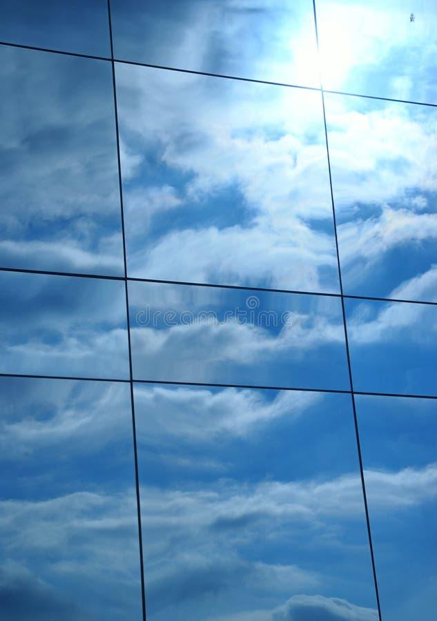 Reflexão do edifício das nuvens foto de stock