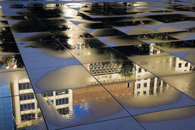 Reflexão do edifício histórico em Chicago imagem de stock