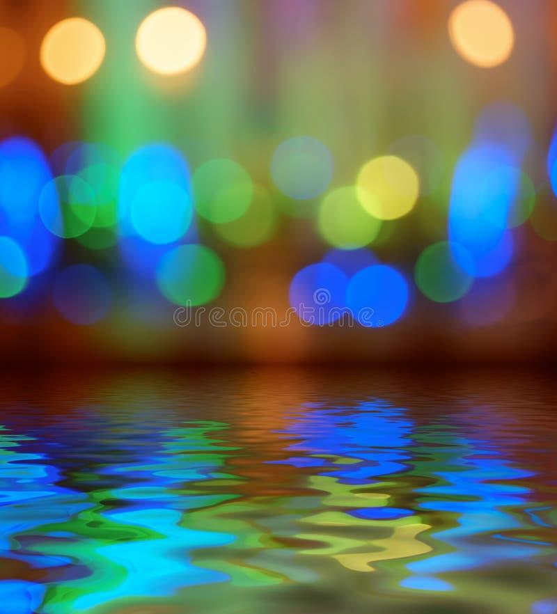 Reflexão do fundo do bokeh das luzes de rua na água imagens de stock royalty free