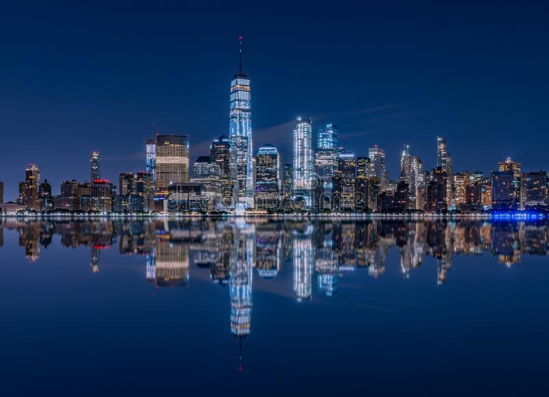 Reflexão do Jersey City, NJ da skyline de Manhattan foto de stock