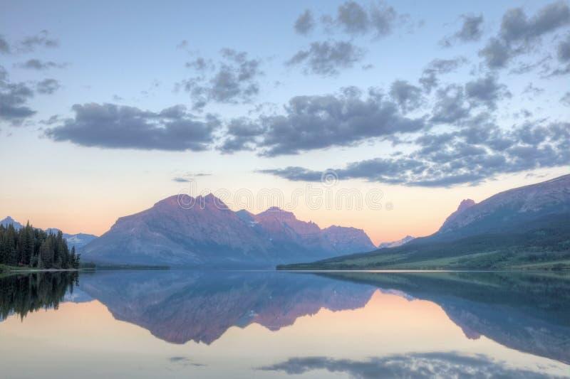 Reflexão do lago Mary de Saint do nascer do sol fotografia de stock royalty free