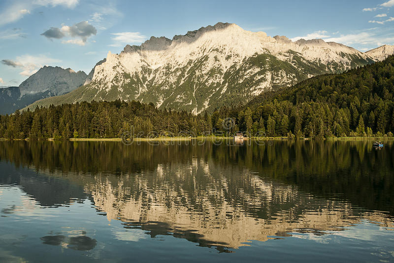 Reflexão do lago mountain foto de stock royalty free