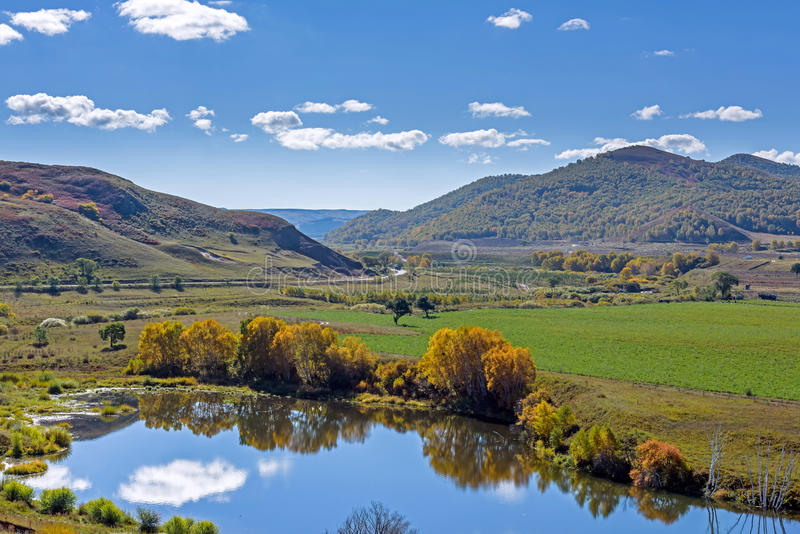 A reflexão do lago a nuvem imagem de stock