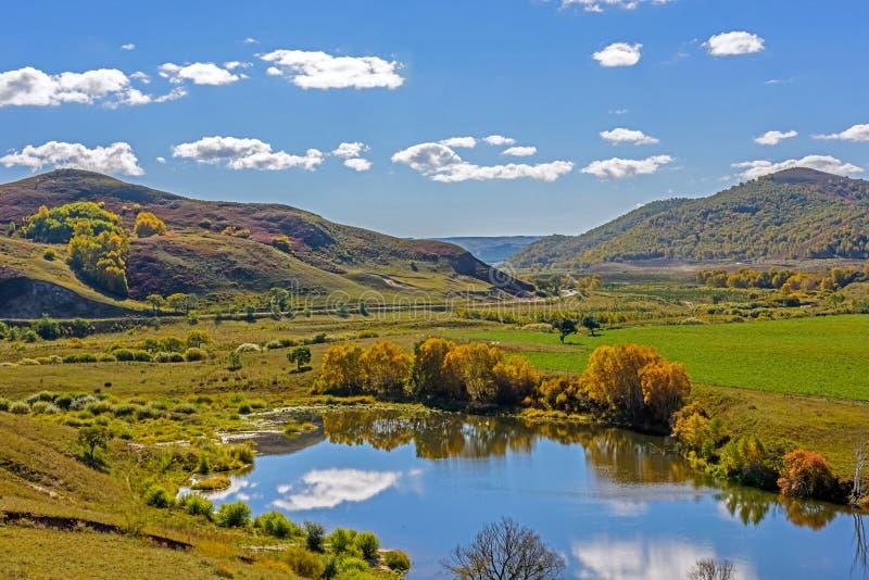 A reflexão do lago a nuvem foto de stock royalty free