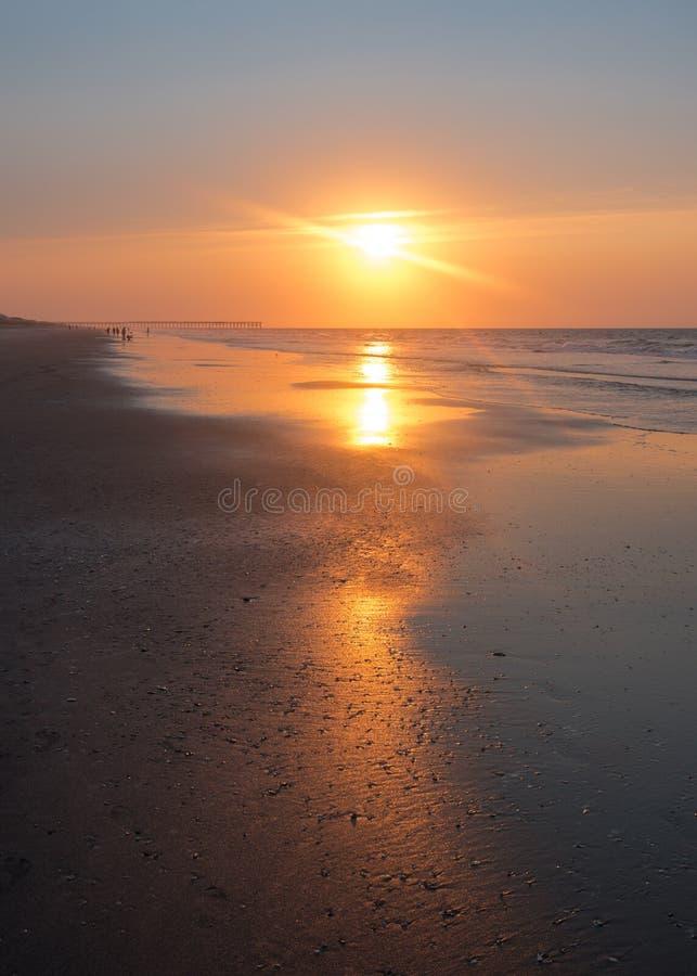 Reflexão do nascer do sol na praia da ilha do oceano foto de stock royalty free