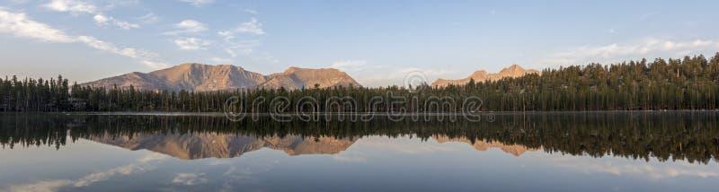 Reflexão do panorama do nascer do sol do lago moraine imagem de stock royalty free
