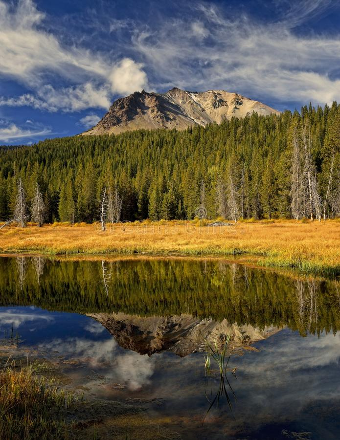 Reflexão do pico de Lassen parque nacional vulcânico no lago hat, Lassen fotos de stock royalty free
