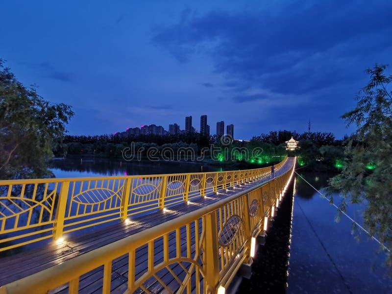 A reflexão do pontão e do pontão na água na noite forma uma imagem bonita (3) imagens de stock royalty free