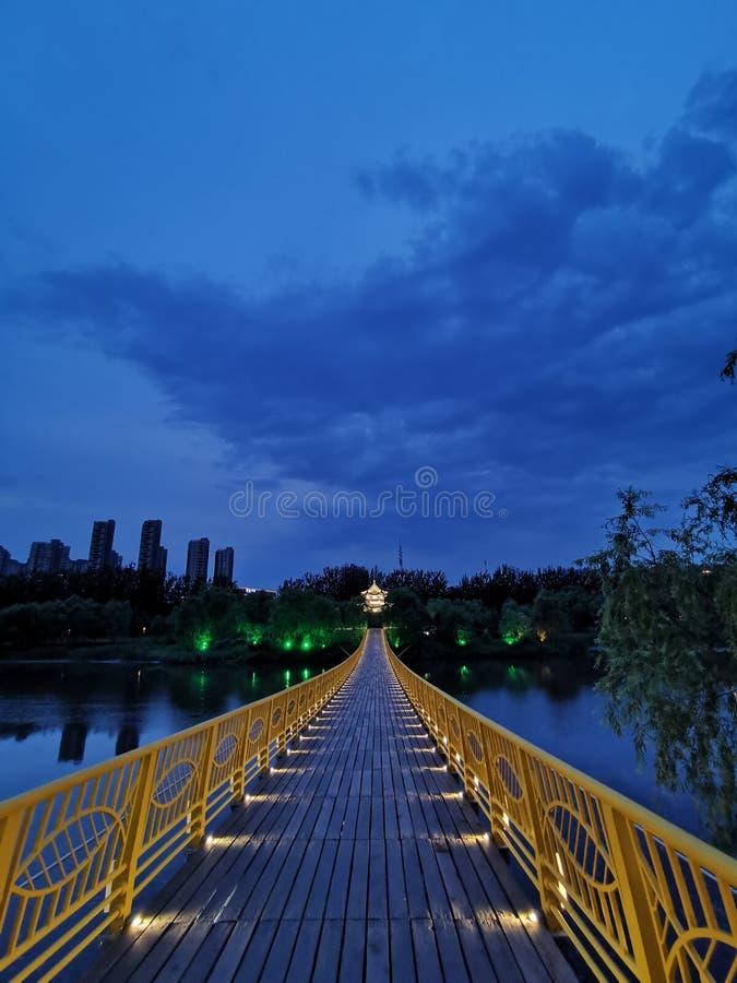 A reflexão do pontão e do pontão na água na noite forma uma imagem bonita (4) foto de stock