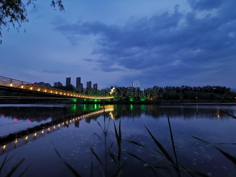 A reflexão do pontão e do pontão na água na noite forma uma imagem bonita (2) fotos de stock royalty free