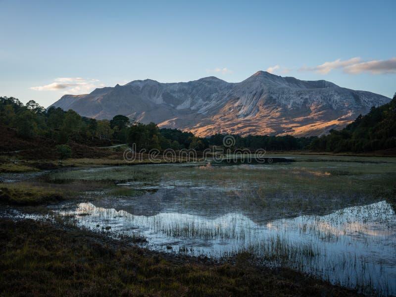 Reflexão do por do sol de Beinn Eighe fotos de stock royalty free