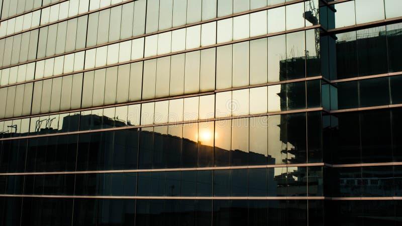 Reflexão do por do sol em janelas da construção fotos de stock royalty free