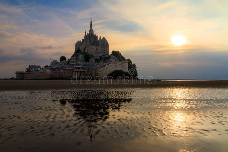 Reflexão do por do sol do Le Mont Saint-Michel fotos de stock royalty free