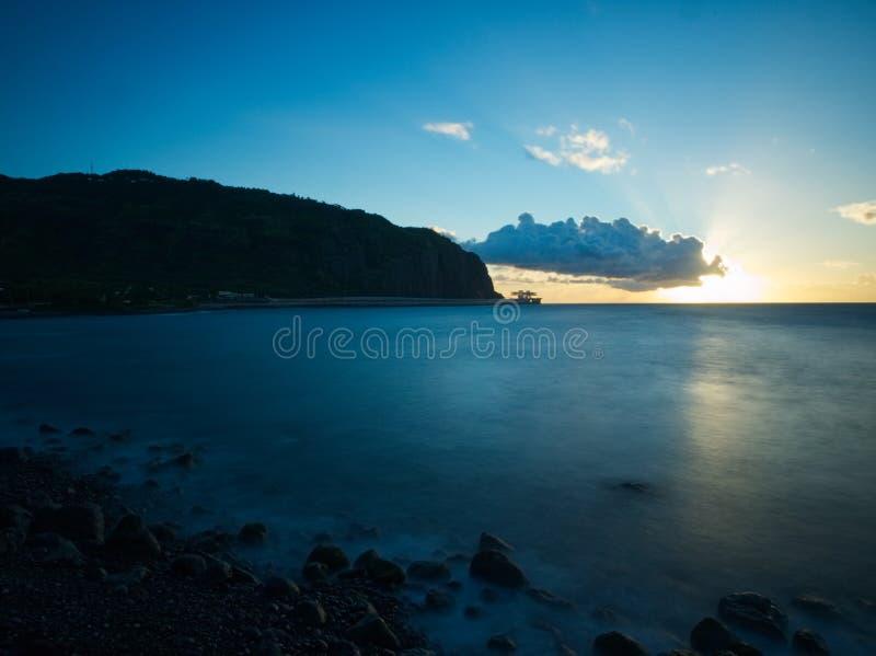 Reflexão do por do sol na água com canteiro de obras imagem de stock royalty free
