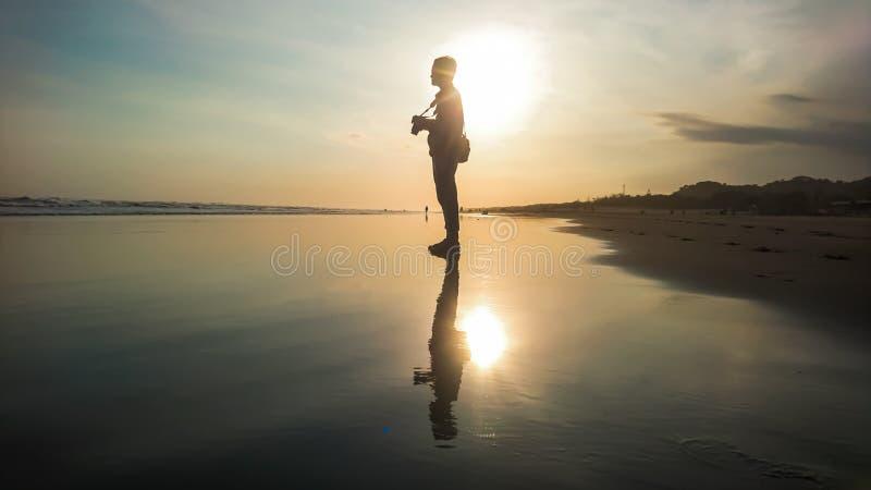 Reflexão do por do sol na praia foto de stock