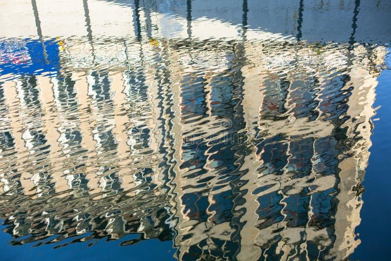 Reflexão do prédio de escritórios na água do rio imagens de stock royalty free