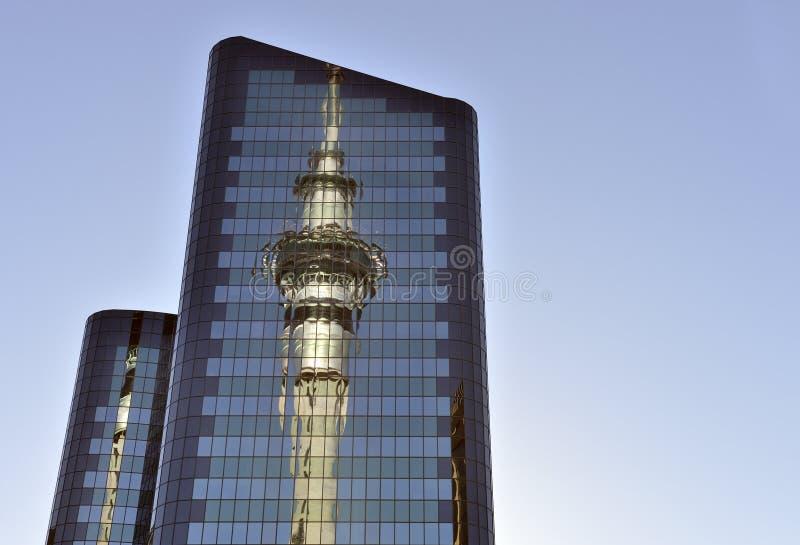 Reflexão do skytower de Auckland fotos de stock