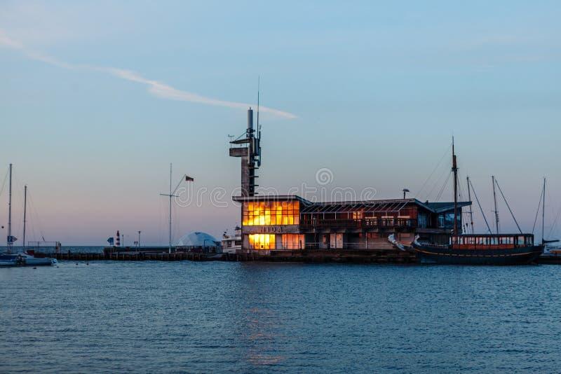 Reflexão do sol no vidro do porto em Nida, Lituânia fotos de stock