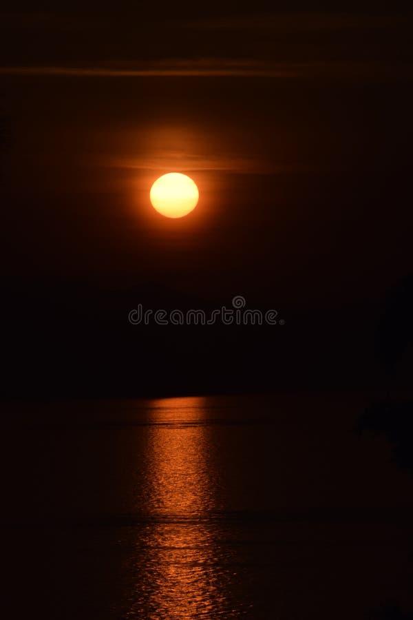 Reflexão do sol que aumenta acima do Mar Egeu imagens de stock