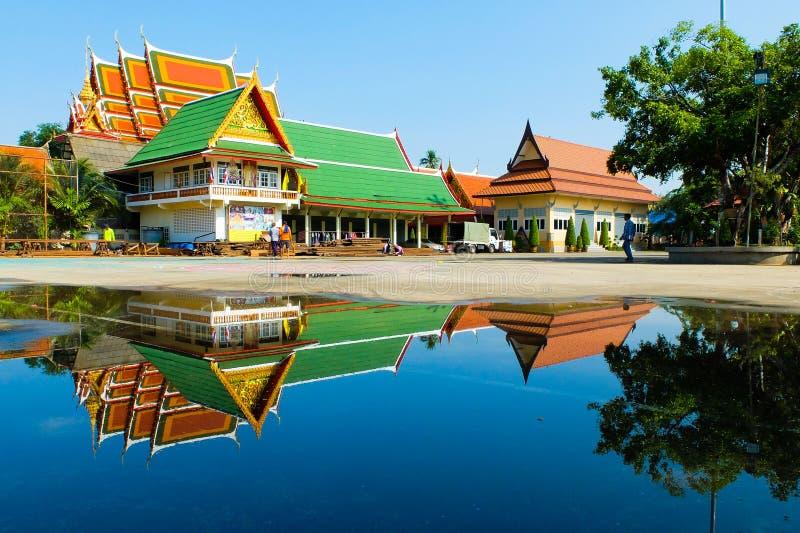 Reflexão do templo de Krachao do golpe fotos de stock