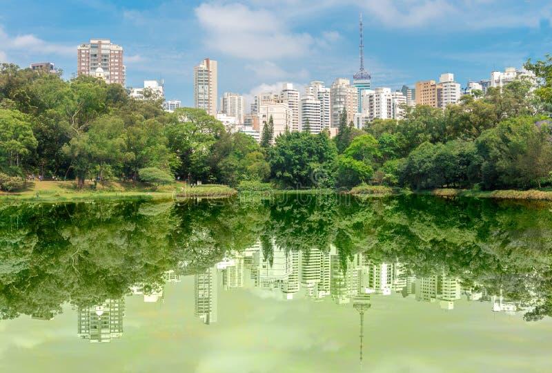 A reflexão dos buldings sobre o lago no parque foto de stock royalty free