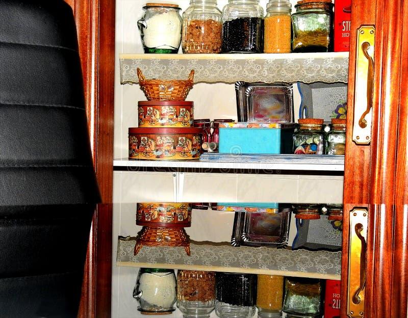 Reflexão dos frascos da despensa na tabela de vidro fotos de stock