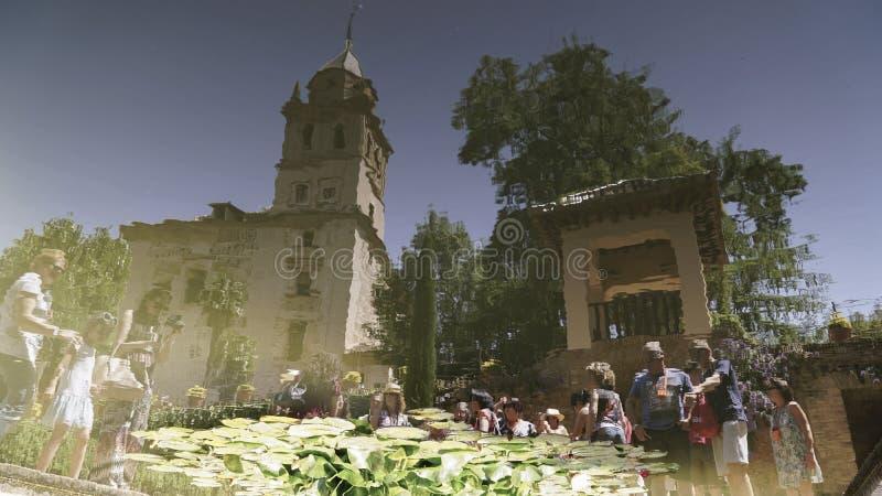 Reflexão dos povos e da igreja em Alhambra Palace em Granada, Espanha imagem de stock