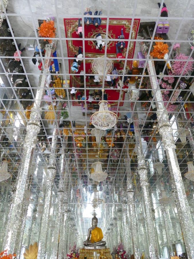 Reflexão dos povos no teto no templo do buddhism com budd imagem de stock