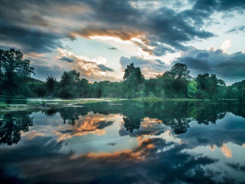Reflexão dramática das nuvens e do beira-rio fotos de stock royalty free