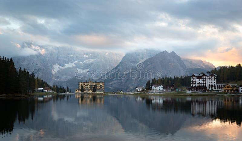 Reflexão em Lago di Misurina no alvorecer, dolomites, cumes italianos fotografia de stock royalty free