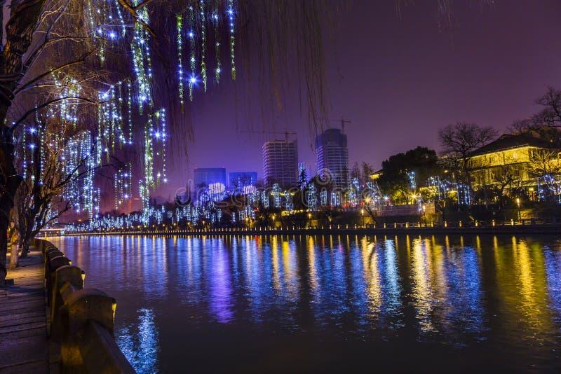 Reflexão Hangzhou Zhejiang China da noite das construções de Grand Canal fotografia de stock