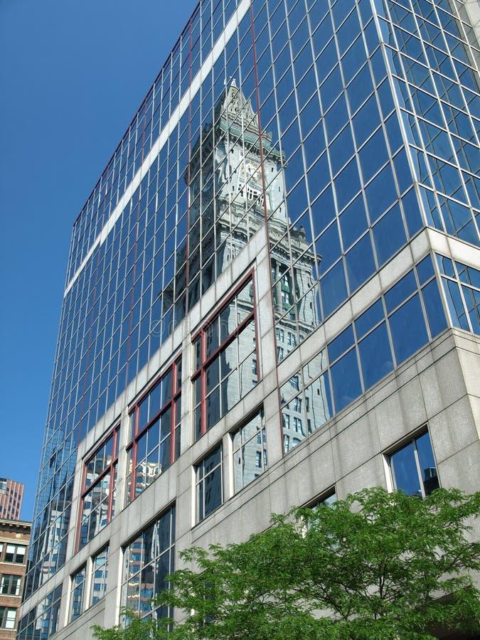 Reflexão histórica da igreja no edifício moderno fotos de stock royalty free
