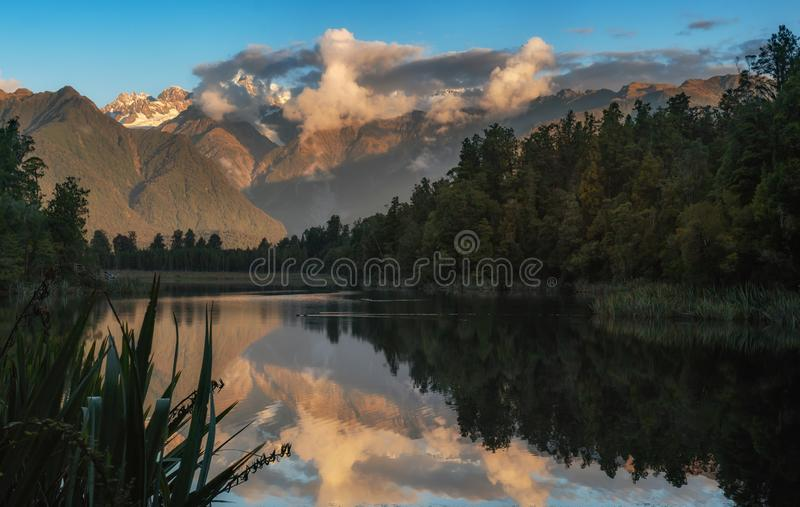 Reflexão impressionante de Matheson do lago famoso do cozinheiro da montagem foto de stock