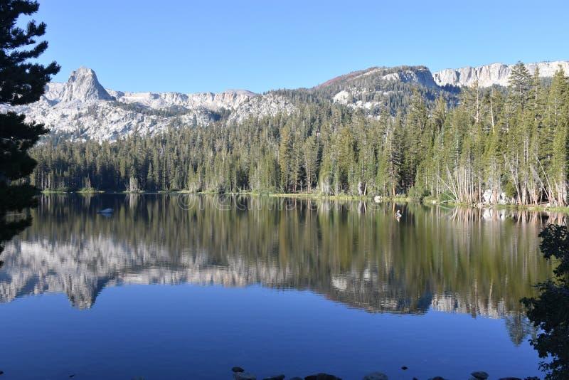 Reflexão Mamie Lake, serra gigantesca montanhas Califórnia fotografia de stock royalty free
