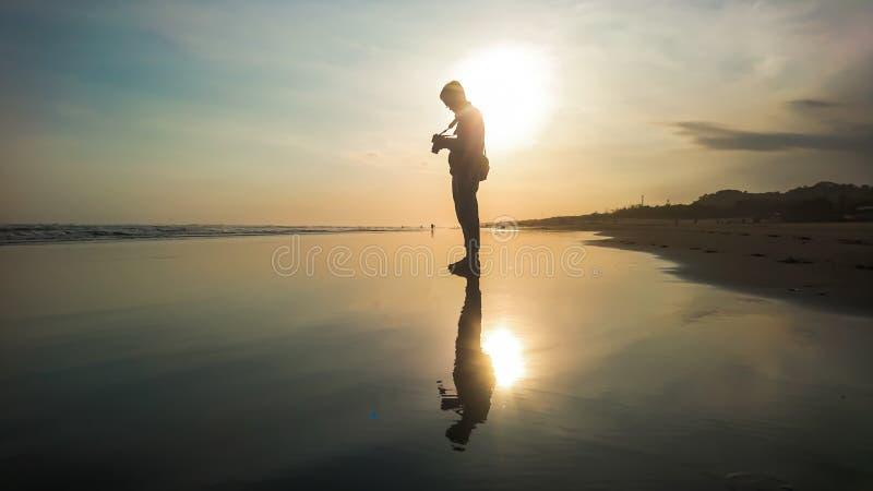 Reflexão maravilhosa do por do sol na praia fotos de stock royalty free