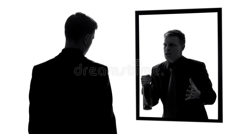 Reflexão masculina irritada que guarda a garrafa de vinho, agressão da consciência, pesadelo imagem de stock royalty free