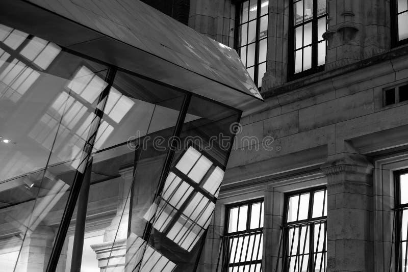 Reflexão monocromática da exibição da foto no pátio recentemente construído de Sackler em Victoria e em Albert Museum, Londres Re fotografia de stock royalty free