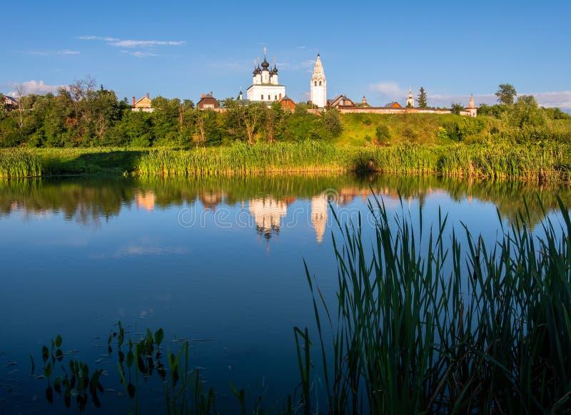 Reflexão na água de um monastério antigo na cidade de Suzdal A beleza da província do russo fotografia de stock royalty free
