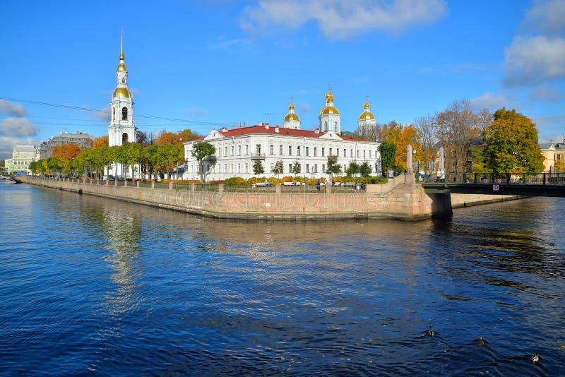 A reflexão na água do Ni ortodoxo do St do canal de Kryukov imagem de stock