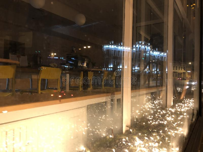 reflexão nas janelas de vidro colorido de uma construção com iluminação azul fotos de stock