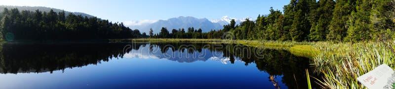 Reflexão no lago Matheson, Nova Zelândia imagem de stock royalty free