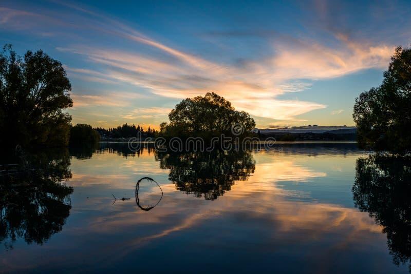 Reflexão no lago Tekapo no por do sol fotografia de stock royalty free