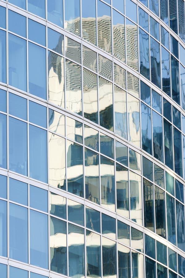 Reflexão nos vidros de um edifício fotografia de stock royalty free