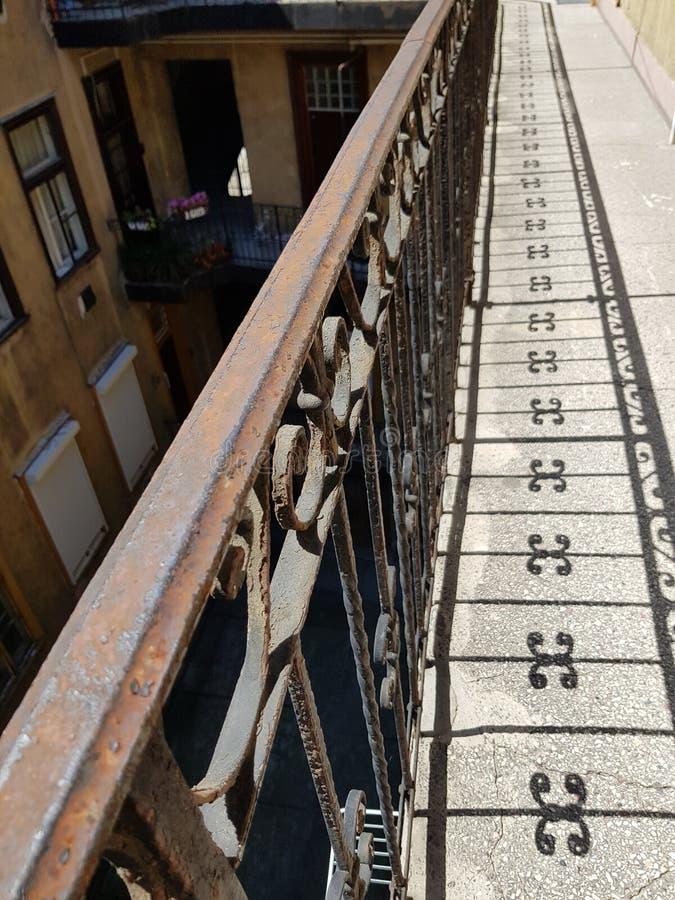 Reflexão oxidada velha do trilho de mão das balaustradas no concreto imagens de stock