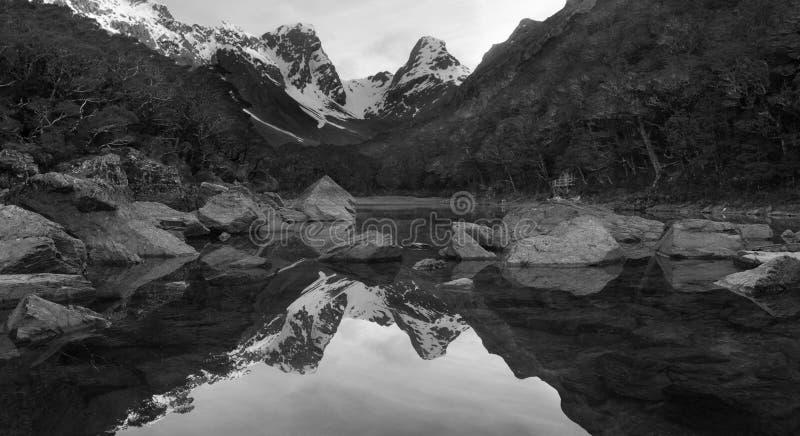 Reflexão panorâmico da montanha em Nova Zelândia imagem de stock